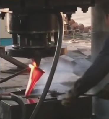 3000吨高速热锻油压机作业中